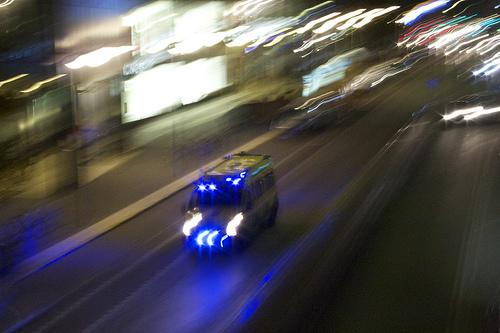 Ambulans på Sveavägen, Stockholm. Foto: David Hall/Flickr.