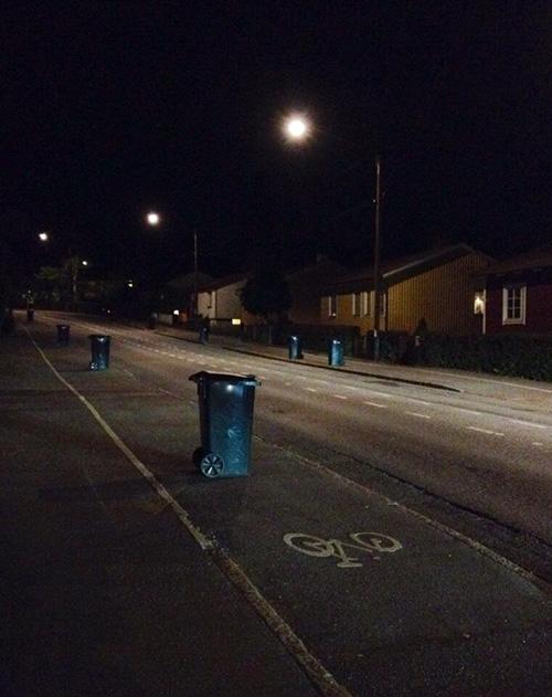 Soptunnorna syns extra dåligt nattetid. Foto: Jens Johansson