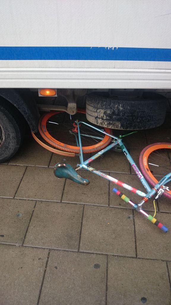 Simonas cykel under budbilen. Foto: Jan Nilsson