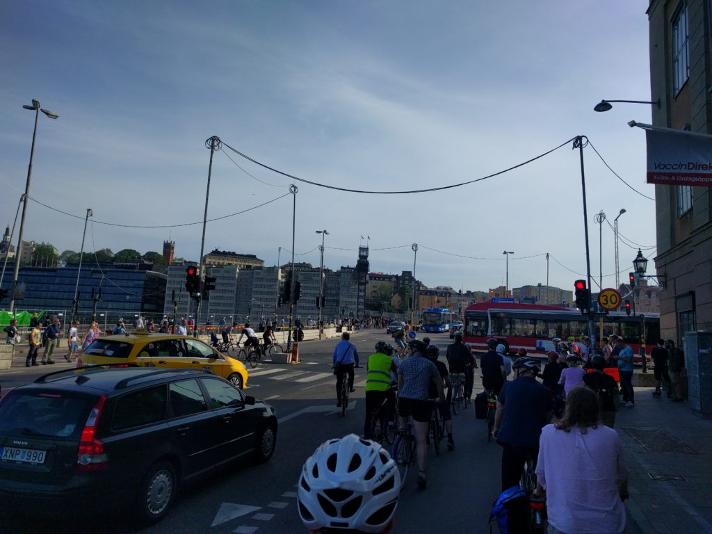 Tjockt med trafikanter vid Slussen just nu