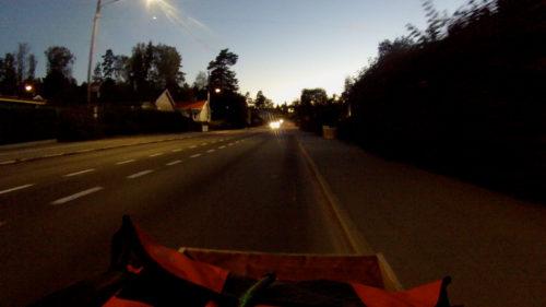 En vanlig baklampa syns på över 100 meters avstånd.
