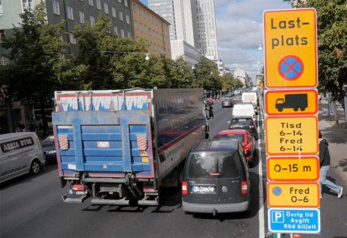 Trångt när lastzonerna inte respekteras på Götgatan.